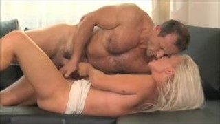 Porno tatuś z mamuśką na kanapie