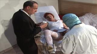 Babcia z włochatą piczą i lekarzem
