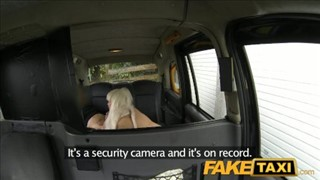 Laska w peruce robi to w taksówce