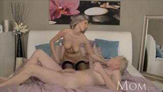 Porno koleś zapina świetną blondyneczkę na wyrze