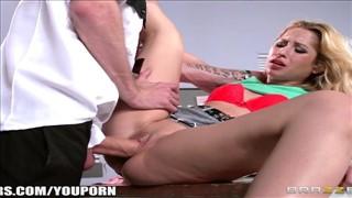 Sekretarka rozkłada przed nim swe nogi