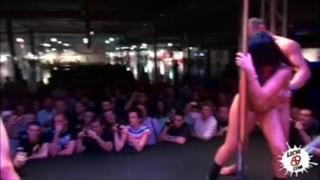 Striptizerka robi konkretny pokaz