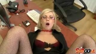Mizia dziewczynę po szparce seks zabaweczką