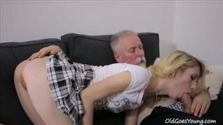Blondi fajnie obciąga dziadziusiowi