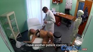 Lekarz z chętną na seks pacjentką