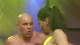 Szalony seks ze striptizerką na scenie