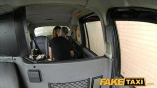 Silikonowa niunia z napalonym taksówkarzem