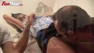 Gangbang z doświadczoną babeczką na dywaniku