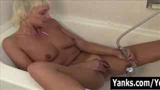 Blond mamusia palcuje się w wannie