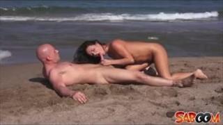 Świetna dziewczyna ujeżdża go na plaży
