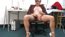 Masturbuje się na biurowym krześle