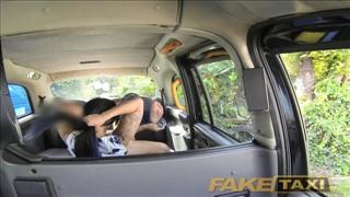 Laska masuje taksówkarza w samochodzie