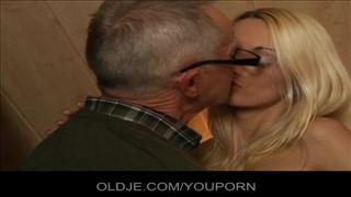 Siwy okularnik z fajną blond laseczką