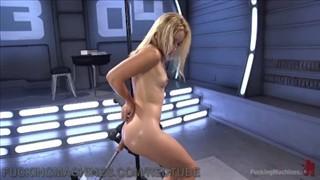 Seks maszyna penetruje jej dziurkę