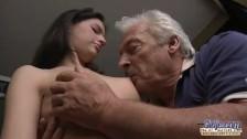 Siwy dziadek liże jej cyce
