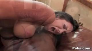 Jayden wciska penisa między jej piersi