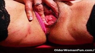 Rozpalona babia ściska swoje sutki