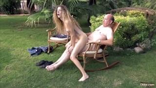 Dziadek podgryza jej młode cyce