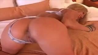 Jaja obijają się o jej pośladki podczas seksu