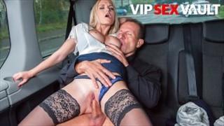 Opalona blondi w taksówce
