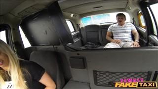 Bzykanie super blondyny w taksówce