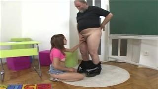 Lesbijki dogadzają jej wibratorem