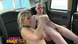Seksi mamcia w taksówce