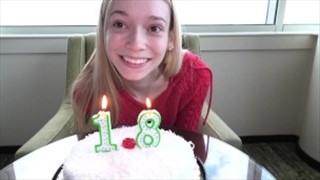 Super słodka osiemnastolatka fajnie ciągnie kutasa