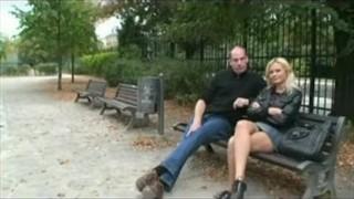 Seks w parku z blond laseczką na ławce