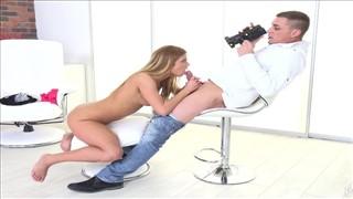 Kamerzysta z seksowną modelką