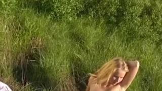 Blond laseczka rozbiera się w ogrodzie