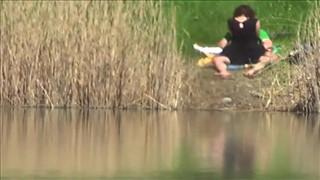 Podgląda seks parkę nad jeziorem