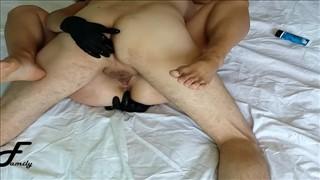Opalona modelka słodko liże penisa