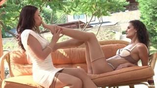 Fajna zabawa z koleżanką na kanapie w ogrodzie