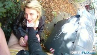 Dziewczyna ciągnie kutasa przy śmietniku