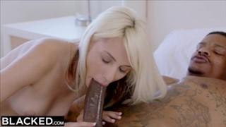 Seks z niewielką laseczką na skórzanej kanapie