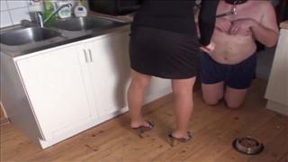 Niunia masturbuje analnie szklaną butelką
