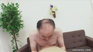 Słodka Azjatka possała penisa przed seksem