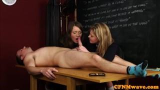 Dwie laski całują się przed penisem