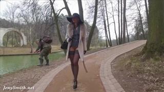 Seksowna modelka wybrała się na spacer po parku