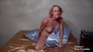 Napalona babka ociera się o poduszkę