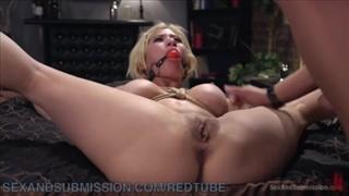 Laska z seks zabawką buźce