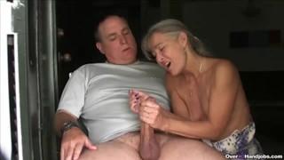 Żonka trzepie jego penisa dłonią