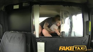 Seksik z panienką w taksówce