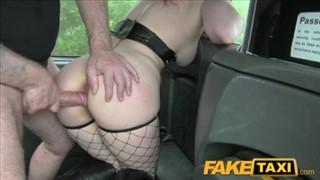 Wylizała jego kakaowe oczko na samochodzie