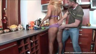 Laseczka w kuchni bierze pałkę do dzioba