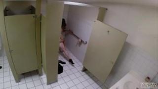 Dała dupy w toalecie
