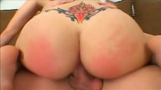 Kobieta z tatuażem fajnie ujeżdża fiutka