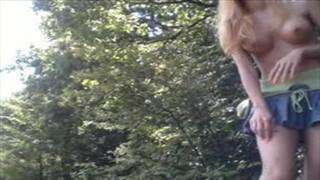 Silikonowa blondynka tańczy nago pod gołym niebem