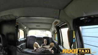 Siwy taksówkarz liże jej cipkę w aucie